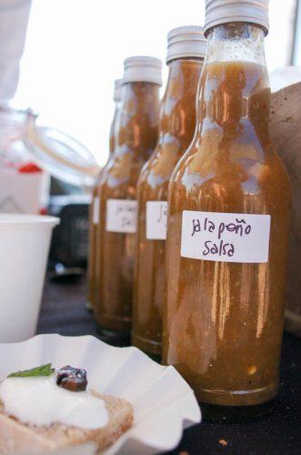 jalapeno-en-zelfgemaakte-geitenkaas-met-zelfgemaakt-brood-en-ingemaakte-walnoten